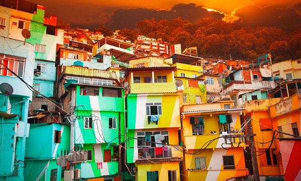 A maioria das escolas de samba ficam nas favelas cariocas