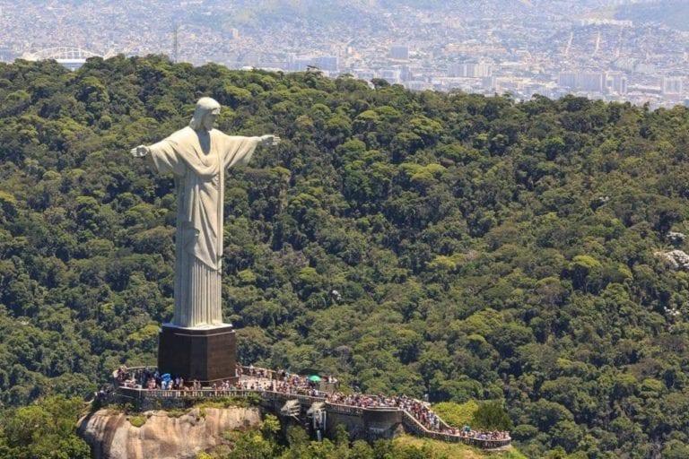 Foto frontal aérea do Cristo Redentor.