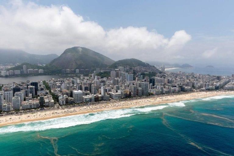 Imagem panorâmica da Praia de Copacabana.