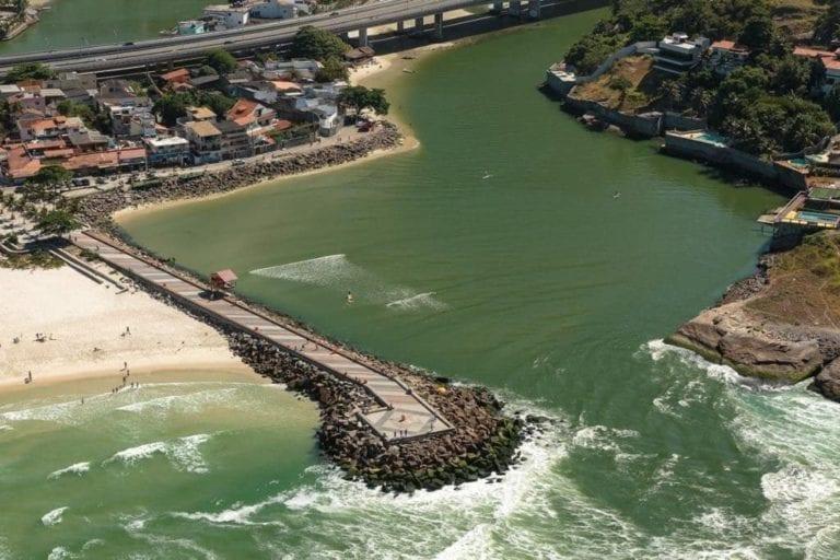 Imagem aérea tirada do helicóptero do quebra mar no Rio de Janeiro.