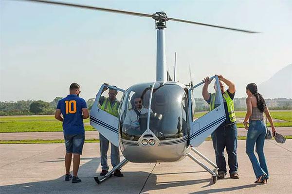 Passageiros embarcando no helicóptero para realizar o passeio de helicóptero no Rio de Janeiro