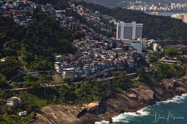 Voo panorâmico sobre as favelas do rio de janeiro