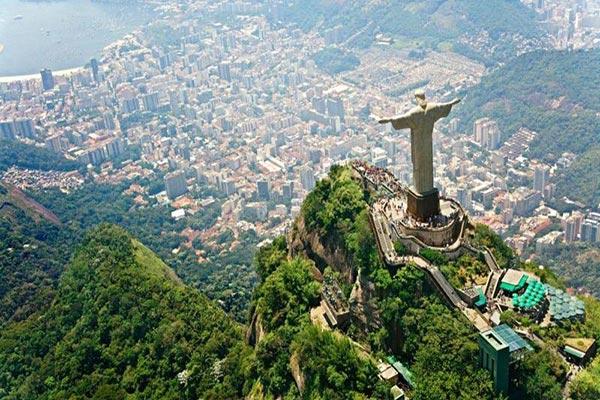 Sobrevoando o Cristo Redentor de helicóptero