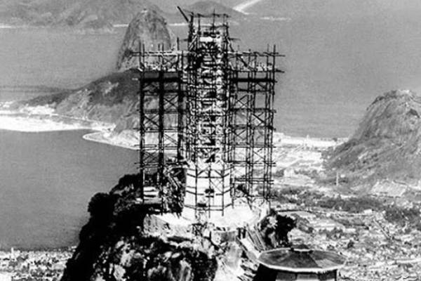 Imagem da construção do cristo redentor.