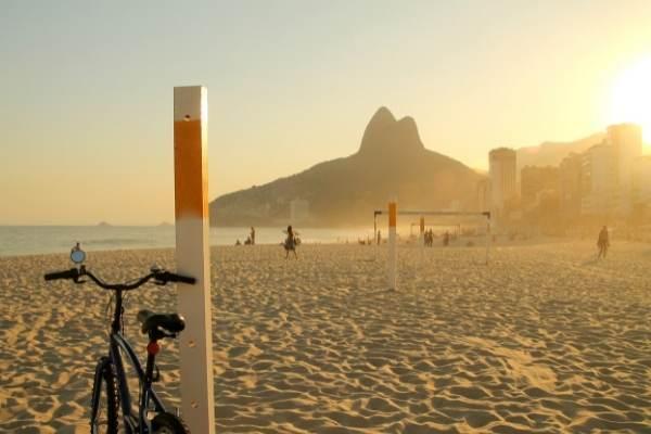 Andando de bicicleta ao por do sol e paisagem do Rio de Janeiro.