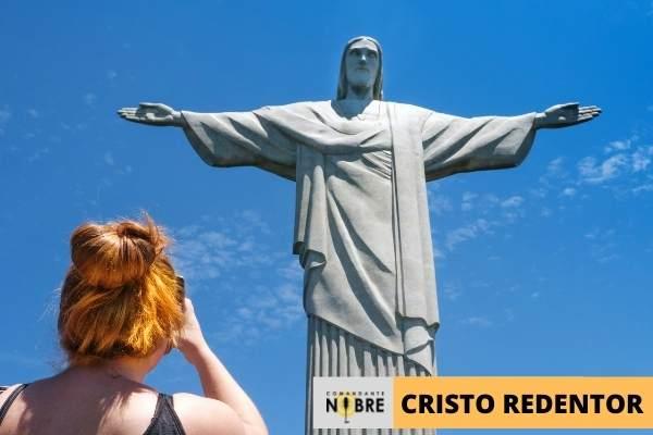 Mulher Jovem Fotografando o Cristo Redentor.