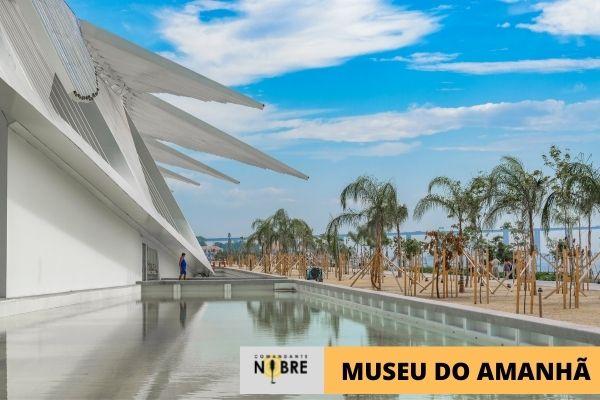 Foto do espelho d'água ao lado do Museu do Amanha.