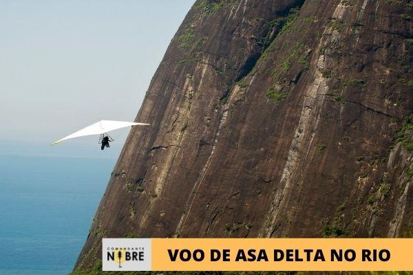 Homem sobrevoando o Rio de Janeiro com Asa Delta.