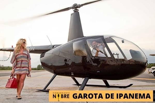 Foto de mulher em frente ao helicóptero.